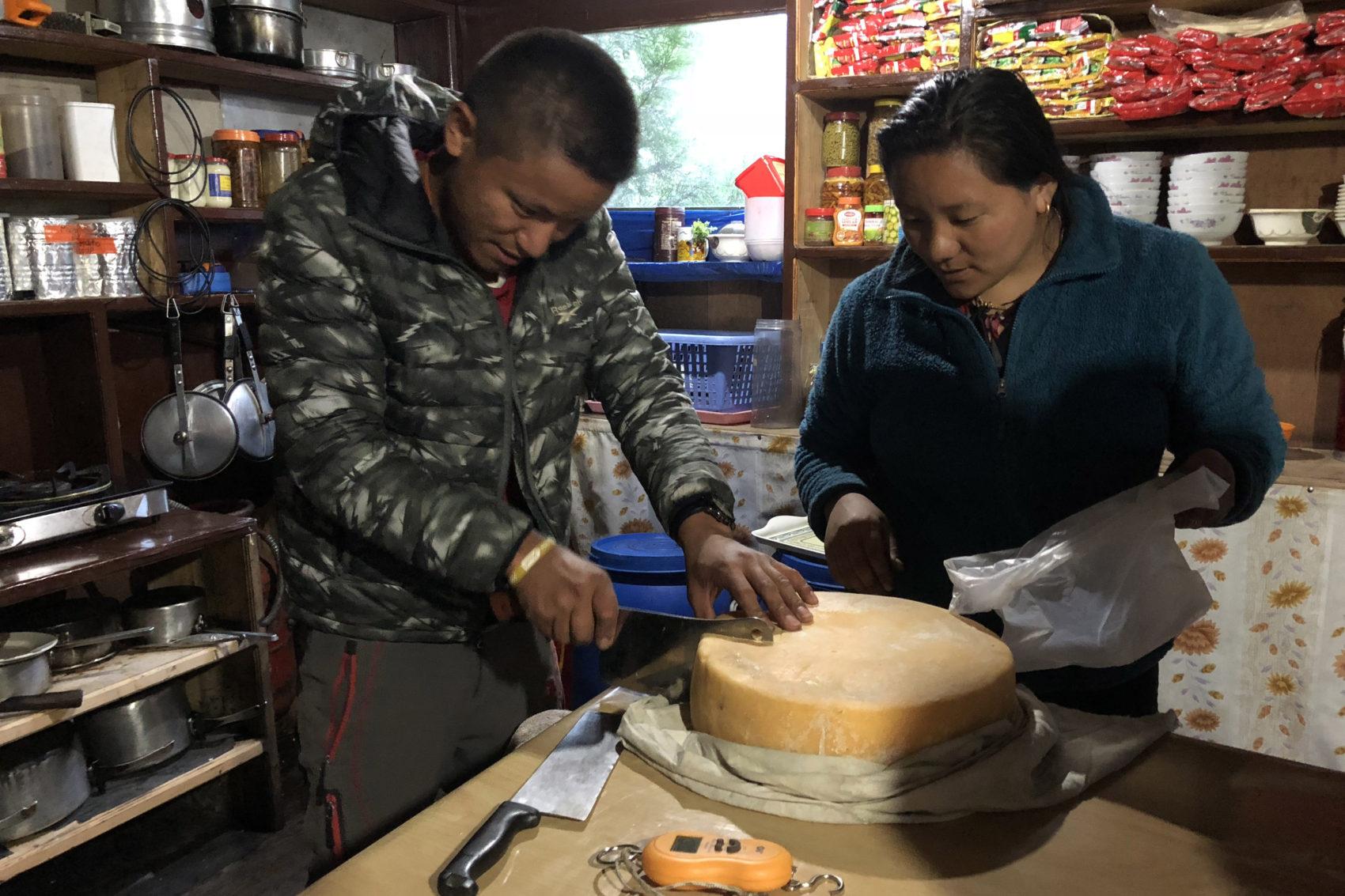 Dans la cuisine du lodge, nous achetons du fromage de nak