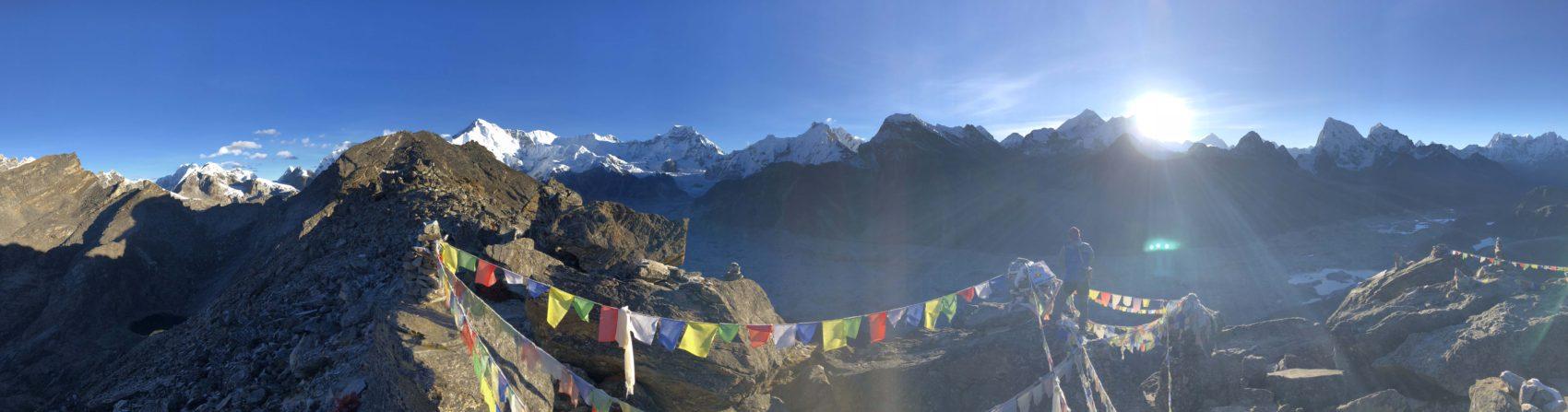 Au sommet du Gokyo, alors que nous sommes encore seul; le soleil apparait à droite du Mont Lhotse