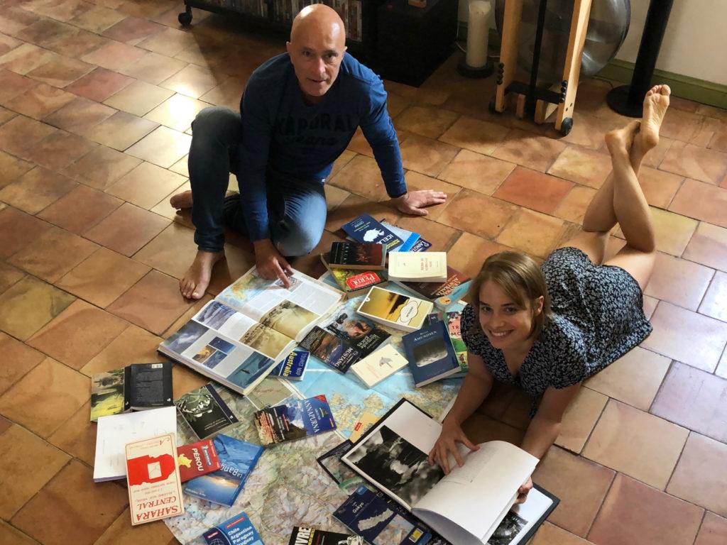 Sur le sol du salon, nous cherchons la destination et le sujet de notre prochaine aventure